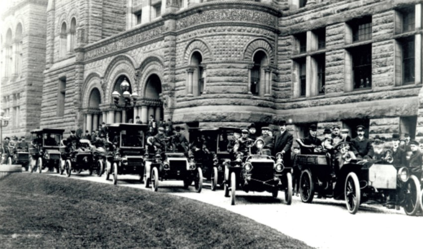 Motorists gather at Queen's Park in 1903.